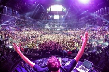 DJ-huge-crowd