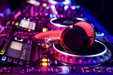 Worlds-best-DJs-DJ-equipment-headphones.