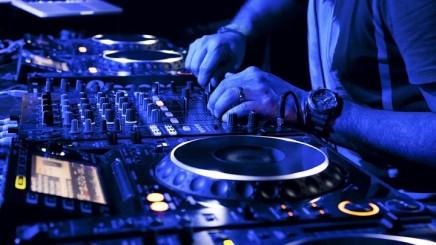 Worlds-best-DJs-DJ-equipment-mixing